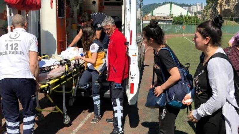 Ambulans helikopterle hastaneye sevk edilen Eflin'in annesinin gözyaşları