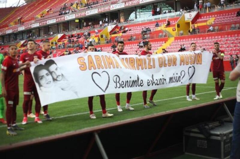 Kayserispor maçında sürpriz evlenme teklifi