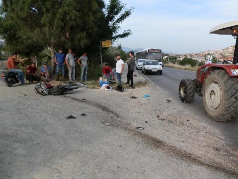 Motosiklet ile traktör çarpıştı: 1'i ağır, 2 yaralı