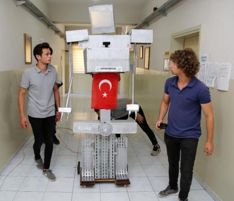 Liselilerin robotu 'Paşa' yürüyüp konuşabiliyor