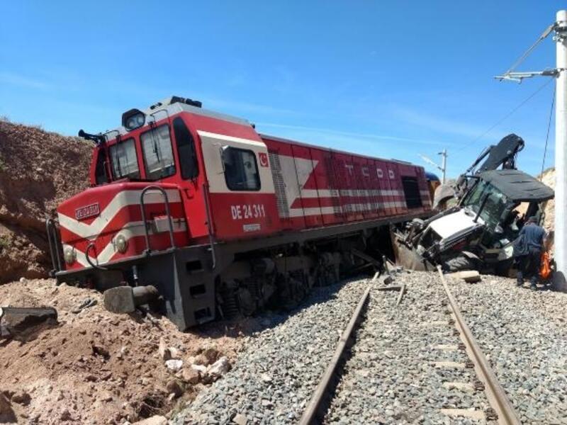 Yük treni iş makinesine çarptı