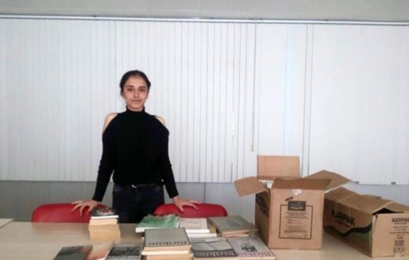 Üniversiteli Seda'dan eski okuluna kitap desteği