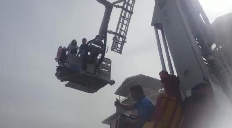 Yangında mahsur kalan 3 kişi itfaiye tarafından kurtarıldı
