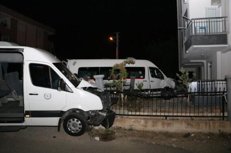 Servis minibüsleri çarpıştı: 2 yaralı