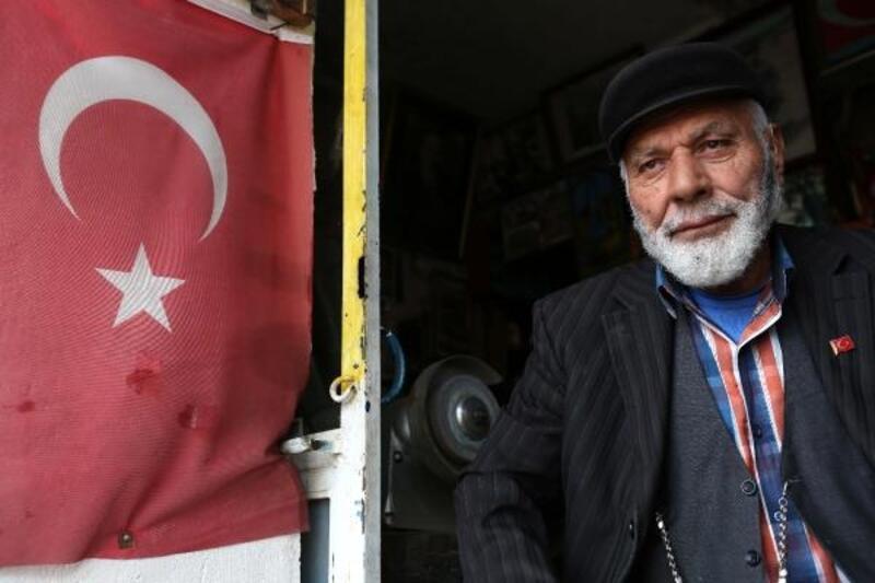 Yıpranmış Türk bayraklarını kaymakamlığa teslim etti