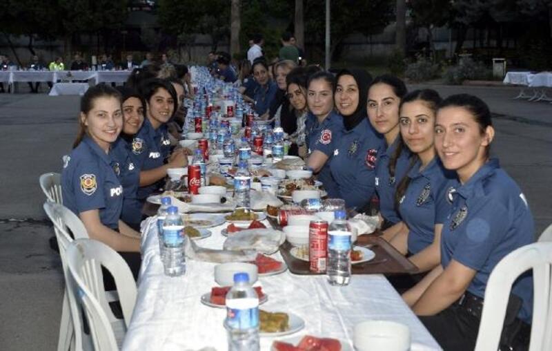 Çevik Kuvvet Şube Müdürlüğü'nde iftar yemeği