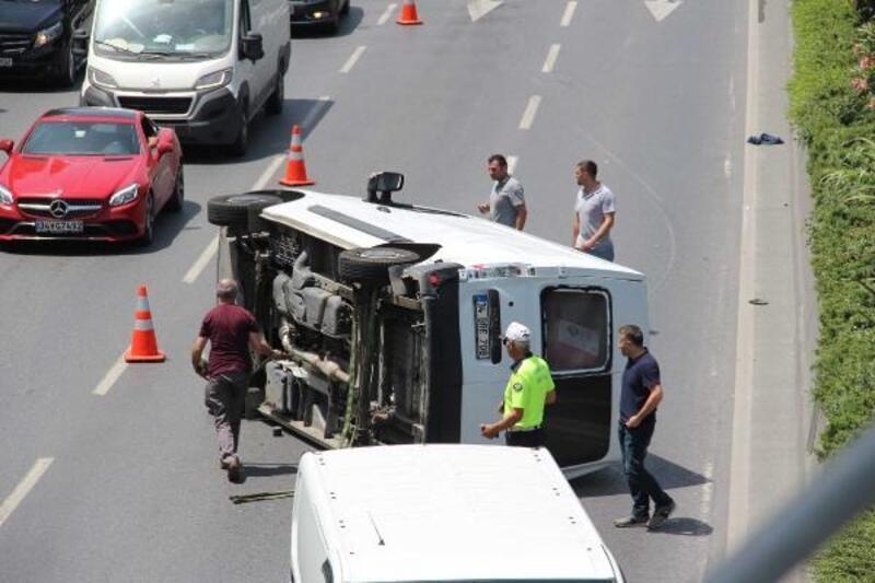 Bağcılar'da önündeki otomobile çarpan minibüs yan yattı