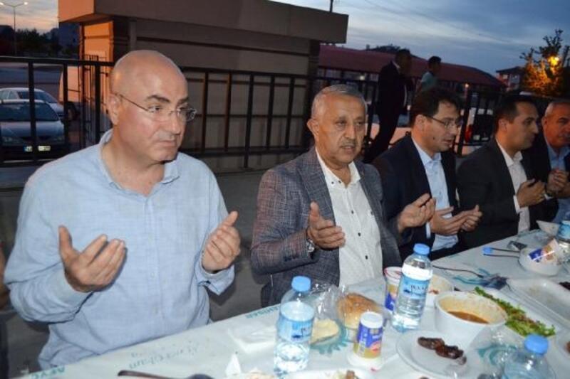 Başkan Zeybek vatandaşla iftar yaptı