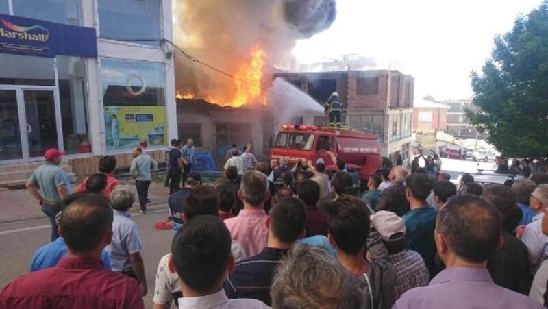 İşyeri deposunda çıkan yangın, 2 binaya sıçradı