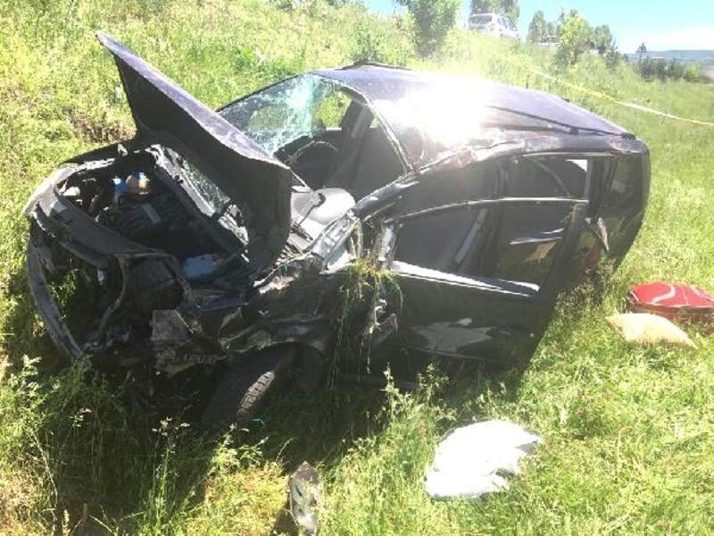 Hafif ticari araç tarlaya uçtu: 2 ölü, 3 yaralı