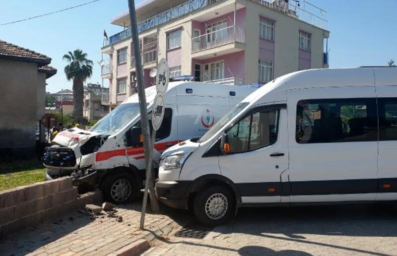 Ambulans, öğrenci servisi ile çarpıştı: 2 yaralı