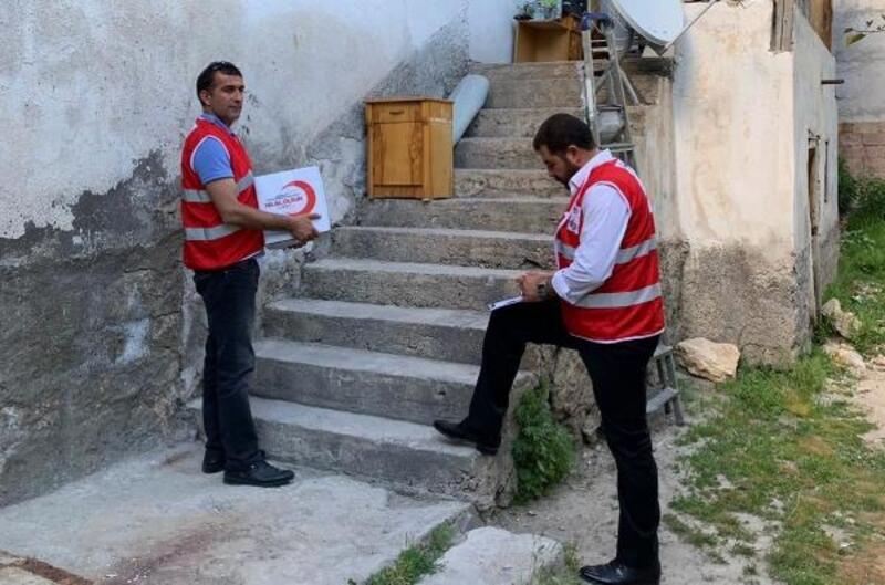 Kızılay Adilcevaz'da ihtiyaç sahibi ailelere yardım etti