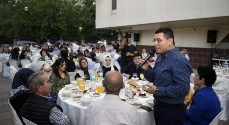 Tütüncü çiftinden komşularına iftar
