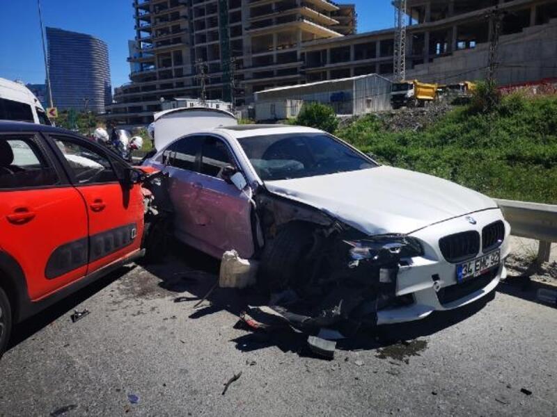 Ümraniye'de polisten kaçan şüpheliler kaza yapınca yakalandı