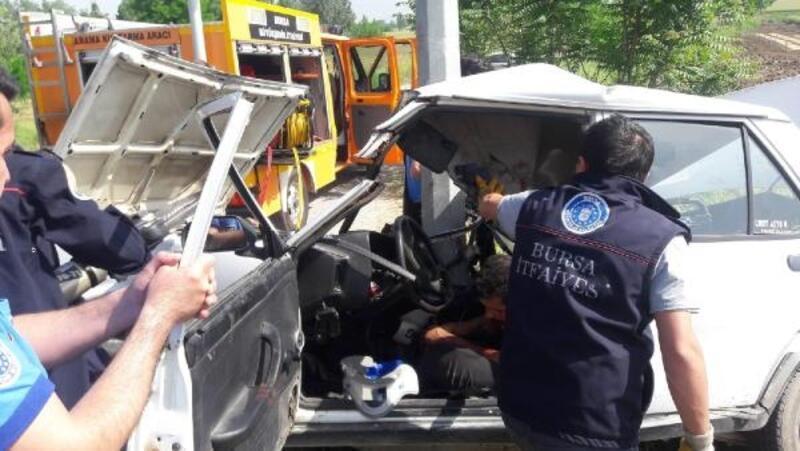 Polisten kaçarken kaza yapan otomobil hırsızları, ağır yaralandı