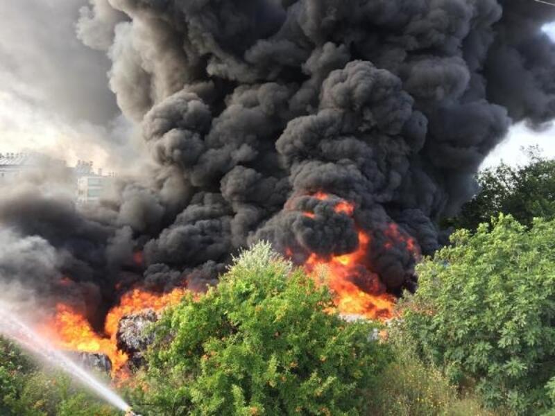 Antalya'da korkutan yangın, alevler gökyüzünü sardı