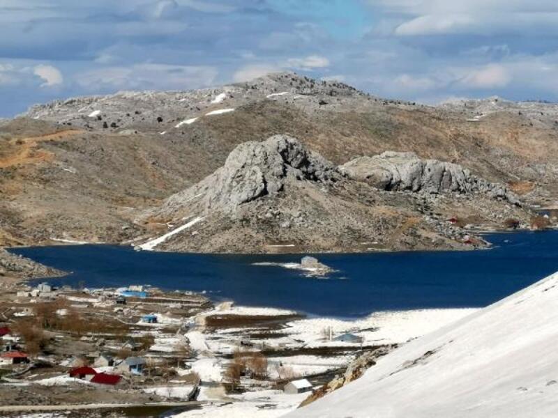 Eriyen karlar 7 bin metrekarelik göl oluşturdu