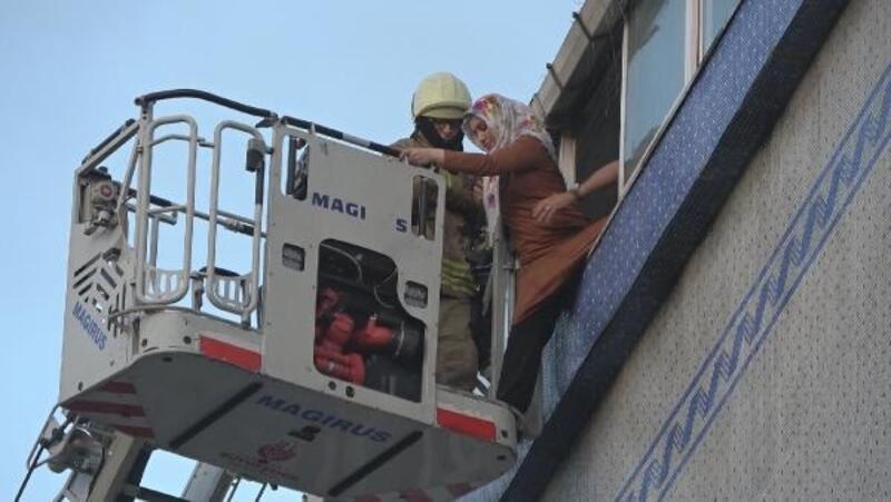 Sultangazi'de yangında mahsur kalan 2 kişiyi itfaiye kurtardı
