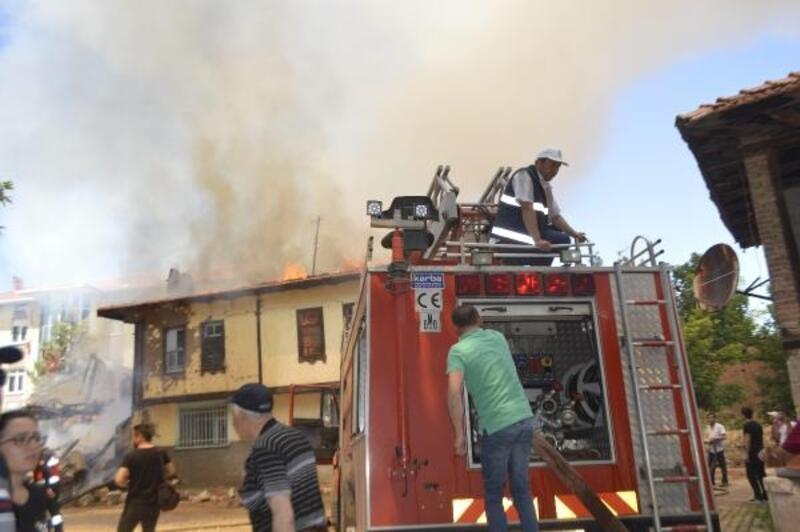 Bahçede yakılan ateş, komşunun evi ve 2 aracı yaktı