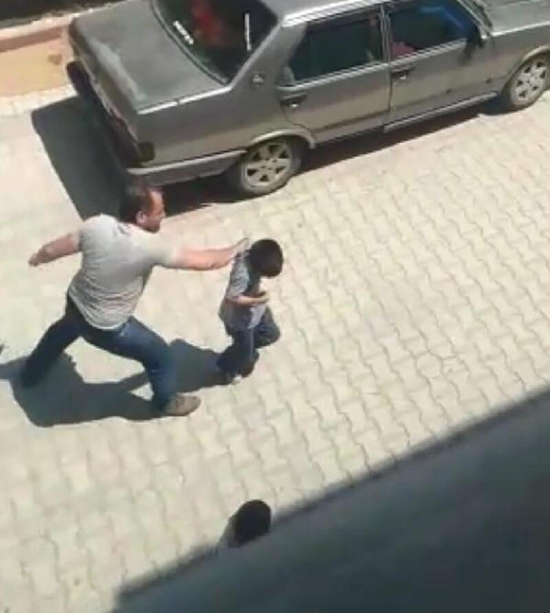 Sokak ortasında baba şiddeti, 2 oğlunu tekme tokat dövdü