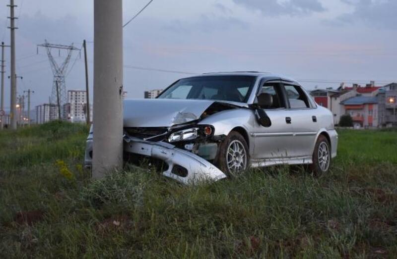 Direğe çarpan otomobilin sürücü yaralandı