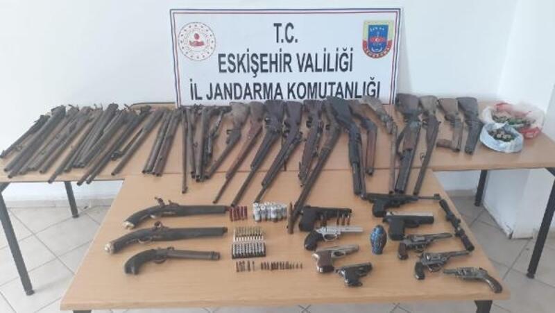 Evden 20 tabanca ve tüfek çıktı