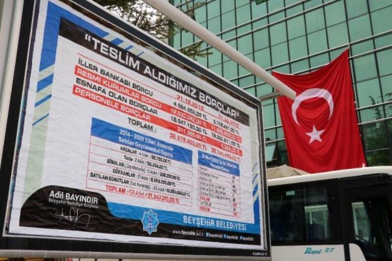 Belediyenin borcunu billboardlara astırdı