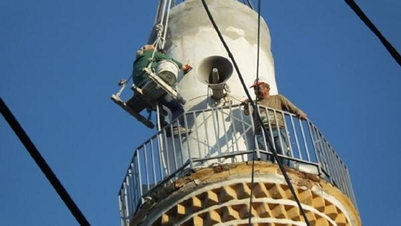 Eşiyle metrelerce yükseklikteki minarelerde tamir ve bakım yapıyor