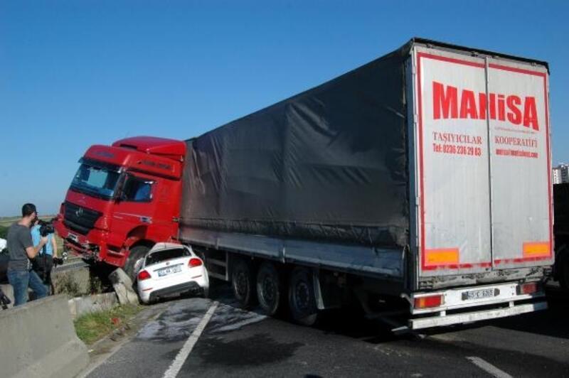Kaza yapan TIR'a çarpan otomobilde 3 kişi yaralandı
