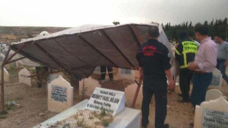 Adıyaman'da mezarlıkta çatı uçtu: 4 kişi yaralandı