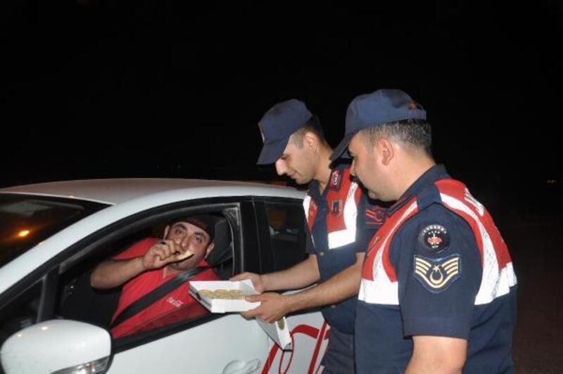 Jandarma, uygulamada durdurduğu sürücülere kandil simidi iknam etti