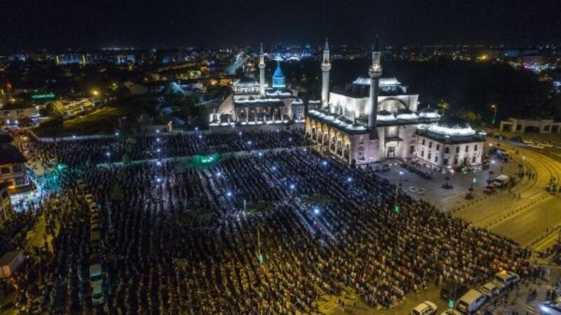 Konya'da Kadir Gecesi'nde on binler ellerini semaya açtı