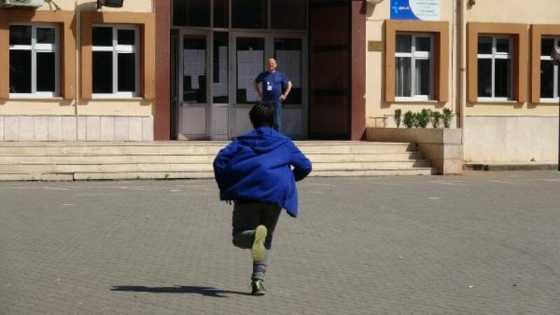 Geç kalan öğrenciler, sınava koşarak yetişti