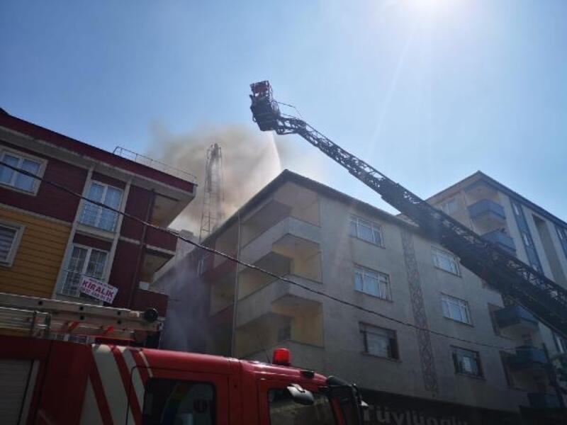 Maltepe'de binanın çatısı alev alev yandı