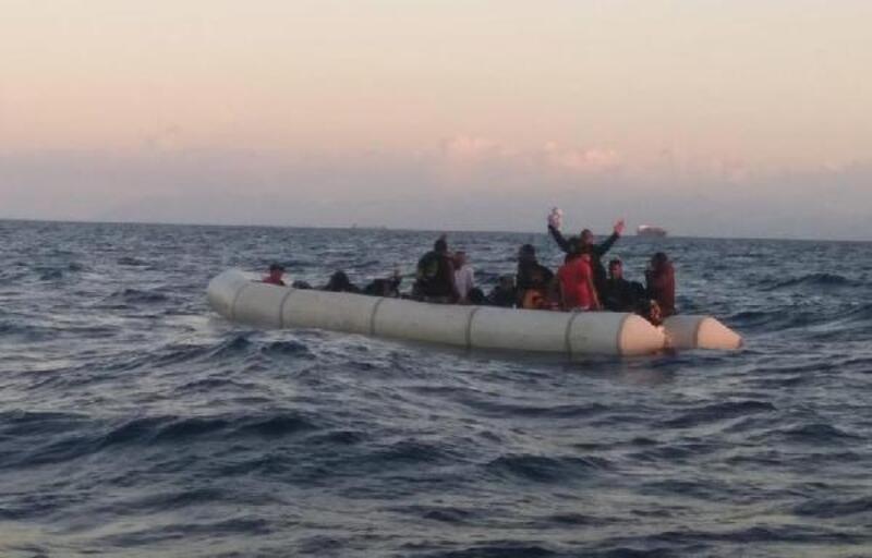 Foça'da 35 kaçak göçmen kurtarıldı