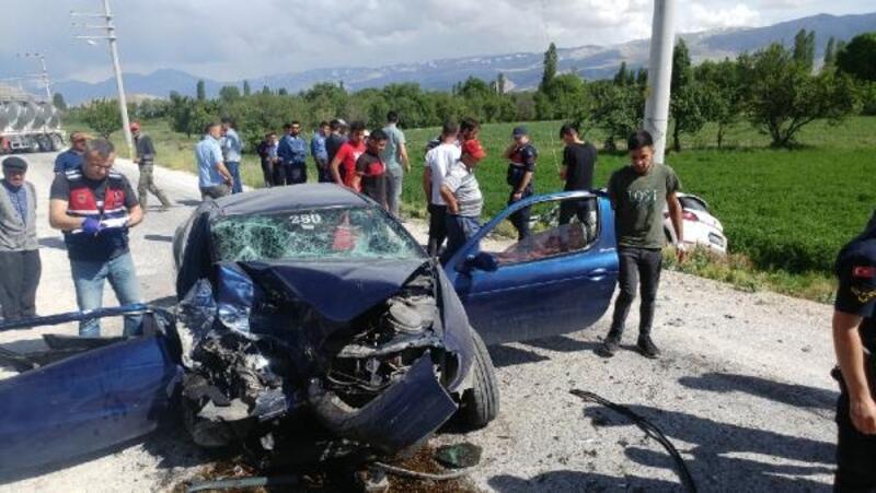 İki otomobil çarpıştı: Aynı aileden 1 ölü, 3 yaralı