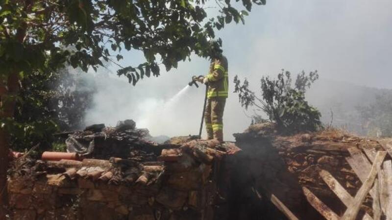 Burhaniye'de metruk evdeki yangın korkuttu