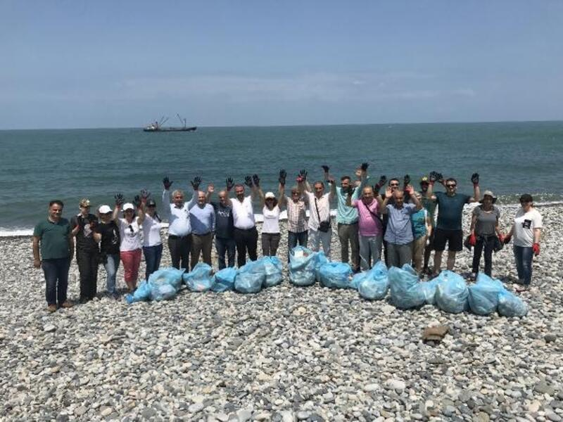 Tulum eşliğinde sahilde çöp topladılar