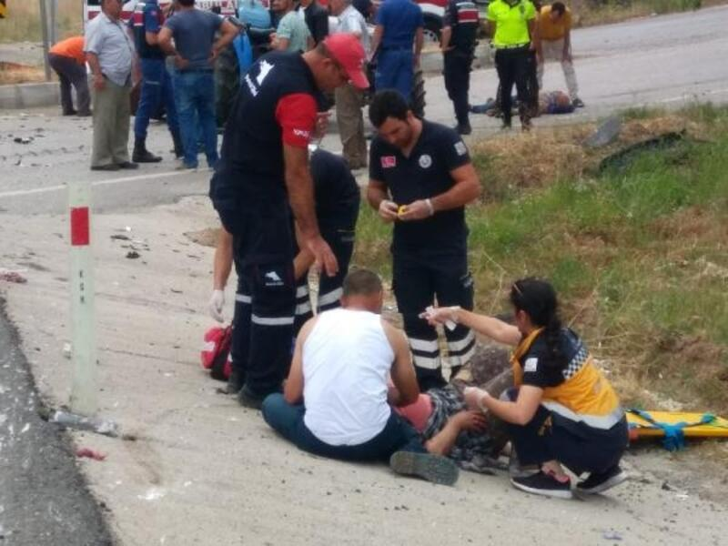 Havran'da otomobil traktöre çarptı: 2'si ağır 4 yaralı