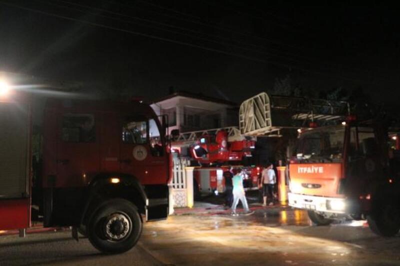 2 katlı evin çatısındaki yangın korkuttu