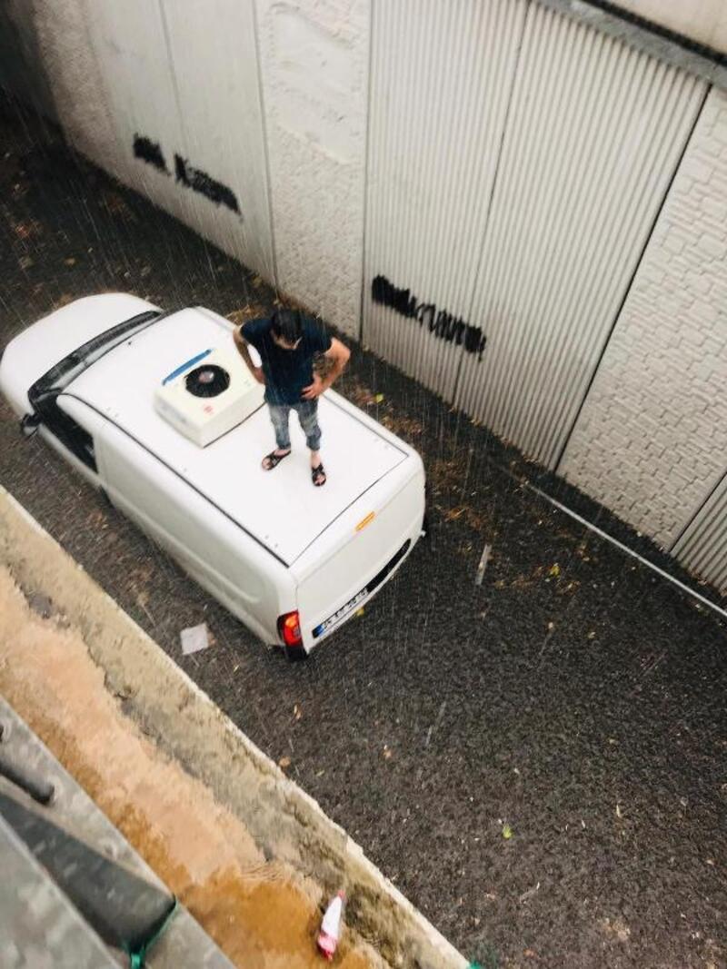 Pendik'te alt geçitte mahsur kalan kişi uzatılan merdivenle kurtarıldı