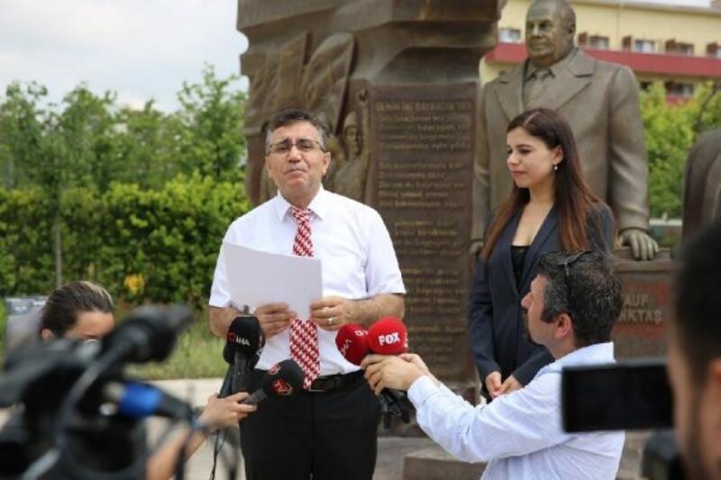 Rauf Denktaş'ın torunundan Beylikdüzü'ndeki Rauf Denktaş Anıtı önünde açıklama
