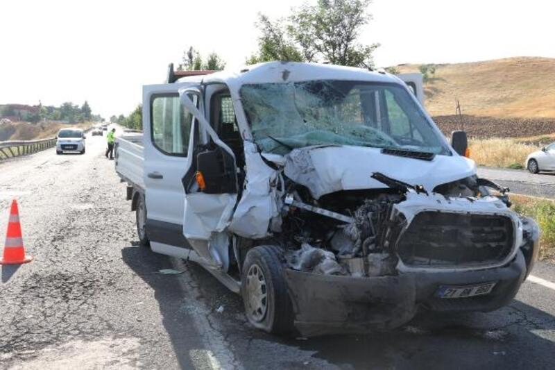 Kamyonet, minibüse çarptı: 4 yaralı