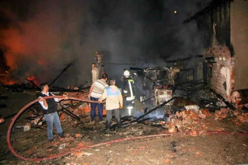 Samanlıkta başlayan yangın evi ve ahırı kül etti