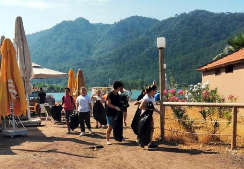 Turistik mahallede sakinler çevre temizliği yaptı