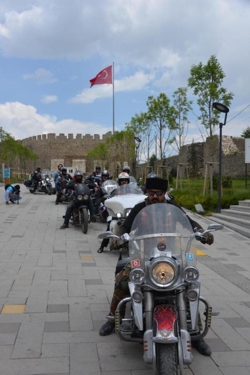 Osmanlı'nın atlarla gitikleri yerleri, motorlarıyla geziyorlar