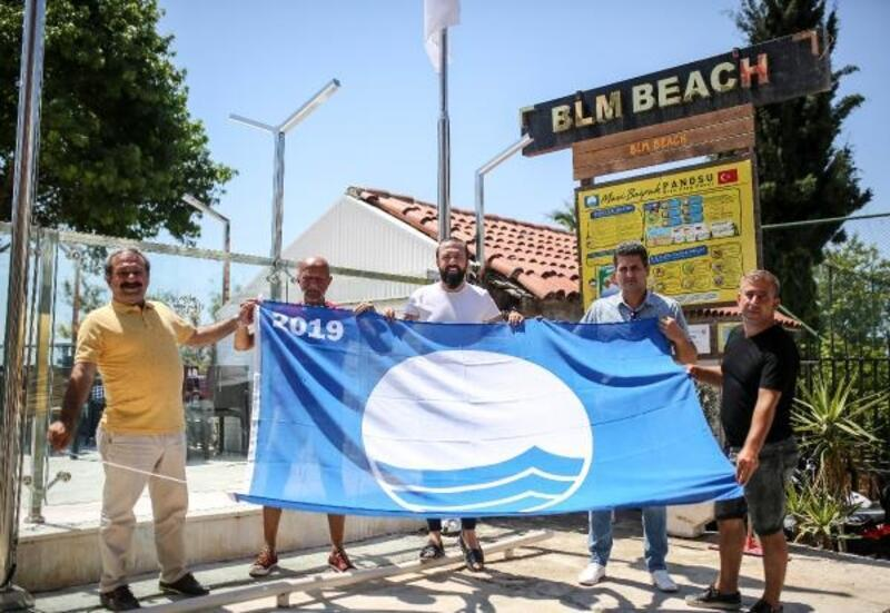 Plajda mavi bayrak göndere çekildi
