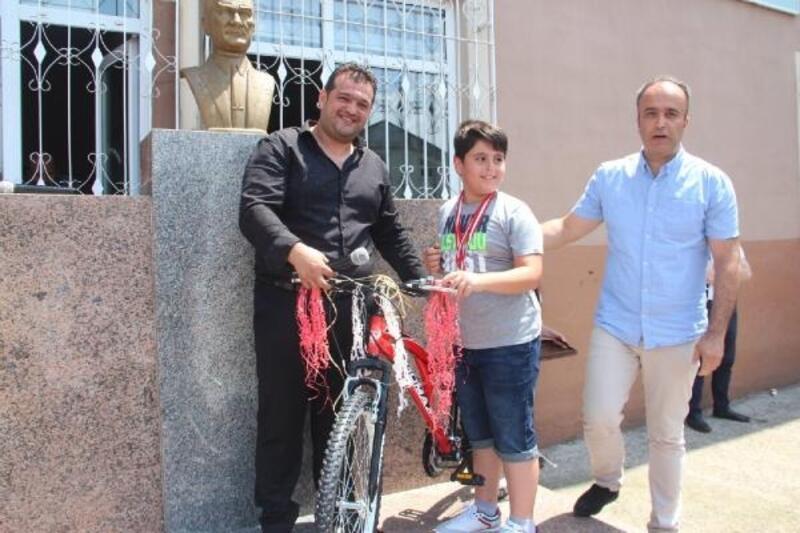 En fazla kitabı okuyan arkadaşlarına harçlıklarıyla bisiklet aldılar