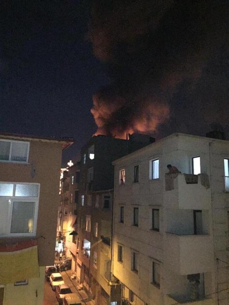 Esenler'de 5 katlı binanın çatısı alev alev yandı