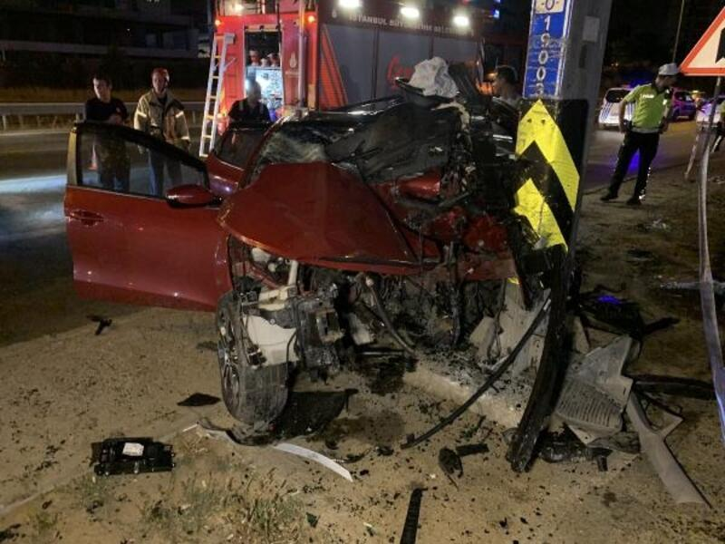 Maltepe'de otomobil direğe çarptı: biri ağır, 2 yaralı